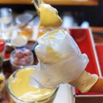 Memasukan cold cheese kedalam plastik