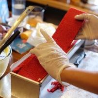Menutup bagian atas adonan dengan layer red velvet cake